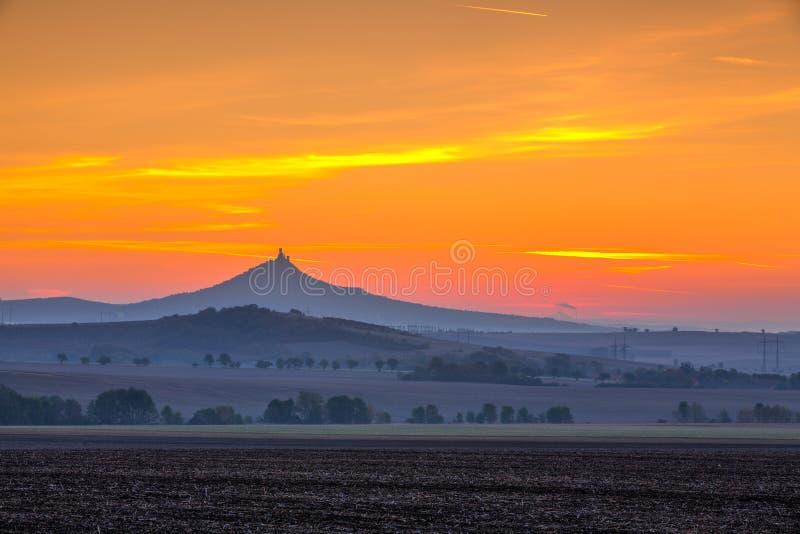 La silueta del castillo de Hazmburk en la salida del sol República Checa foto de archivo libre de regalías