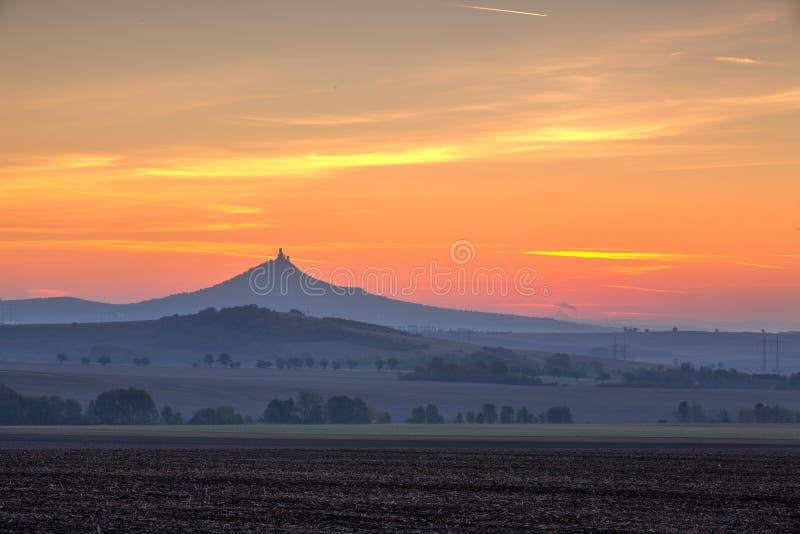 La silueta del castillo de Hazmburk en la salida del sol República Checa fotos de archivo