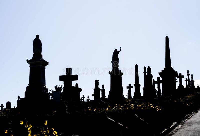 La silueta del cementerio, la imagen muestra a muchos la piedra sepulcral fotos de archivo libres de regalías