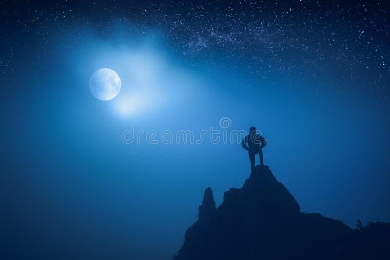 Download La Silueta Del Hombre Que Se Coloca En Acantilados Afila Foto de archivo - Imagen de hiker, felicidad: 100531666