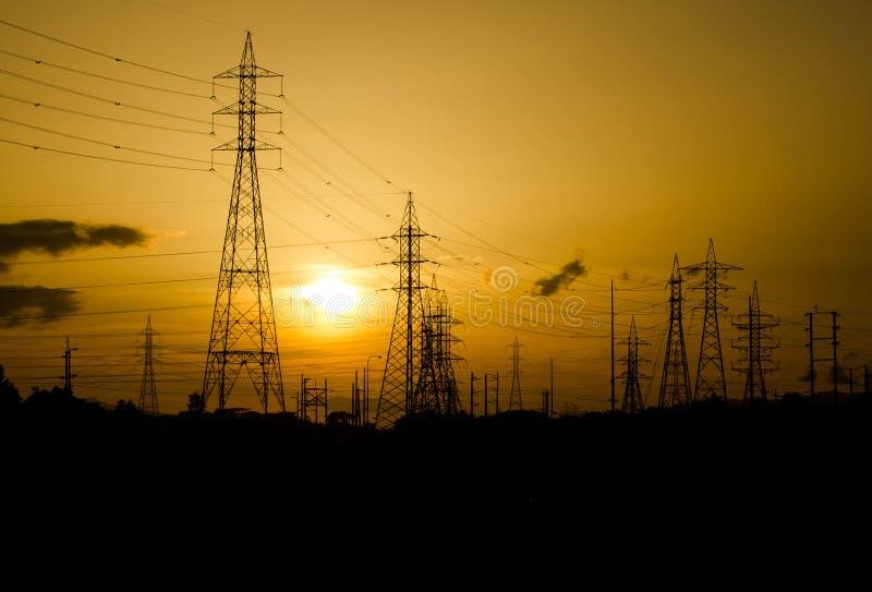 La silueta del pilón de la electricidad de la tarde, es muy hermoso imagen de archivo libre de regalías