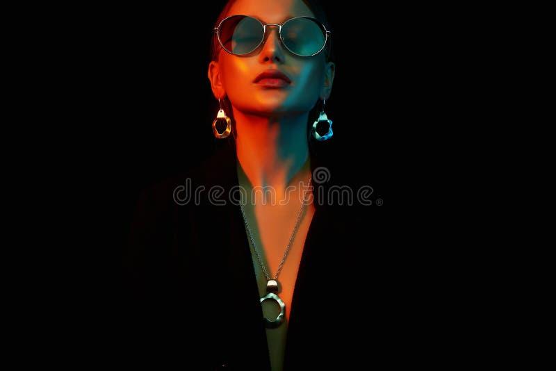 La silueta femenina, mujer hermosa en color se enciende imagenes de archivo