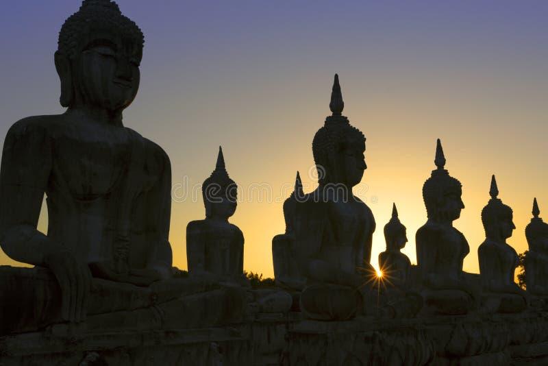 La silueta tirada de las estatuas de Buda fotografía de archivo