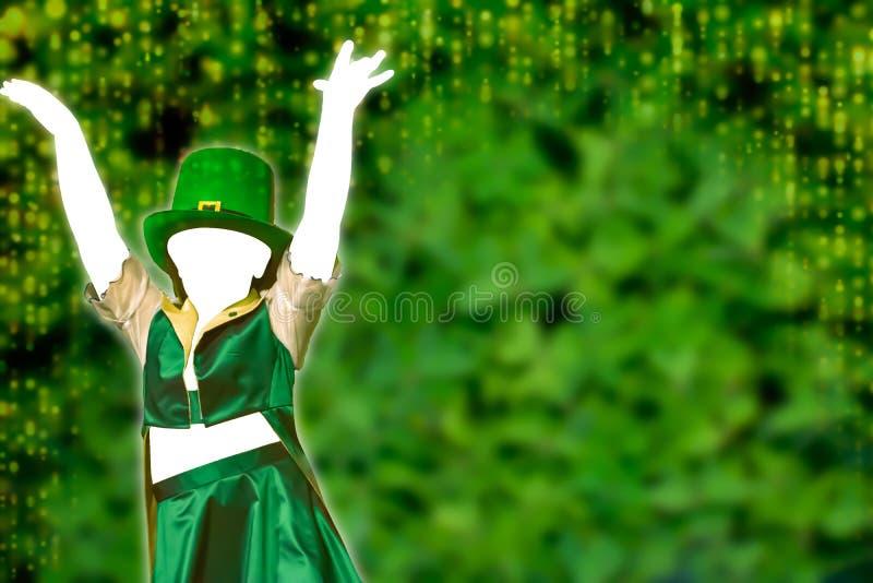 La silueta vacía de una chica que viste una gorra verde que baila en el fondo verde con una cascada dorada de luces que pone a pi imagen de archivo