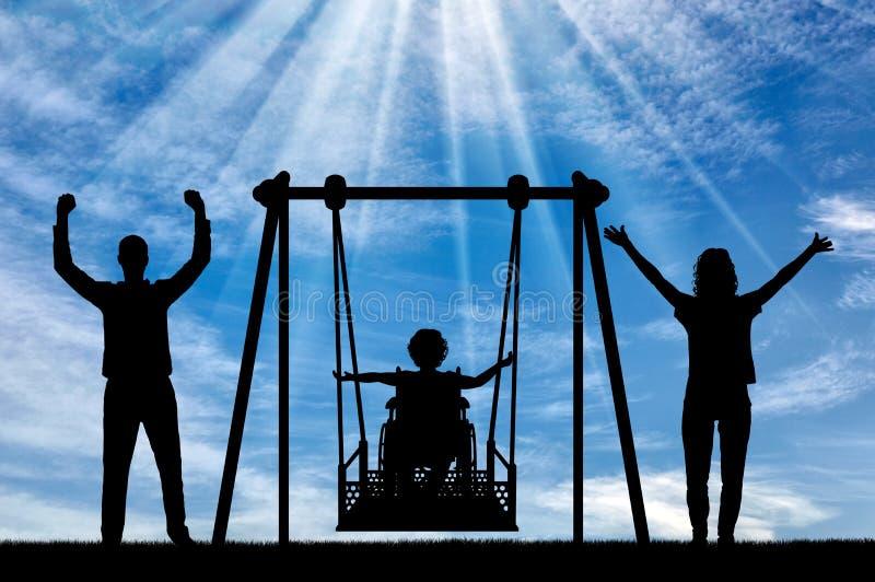 La siluetta del bambino felice ? disabile in una sedia a rotelle su un'oscillazione adattabile con la mamma ed il pap? Diverta in immagine stock libera da diritti