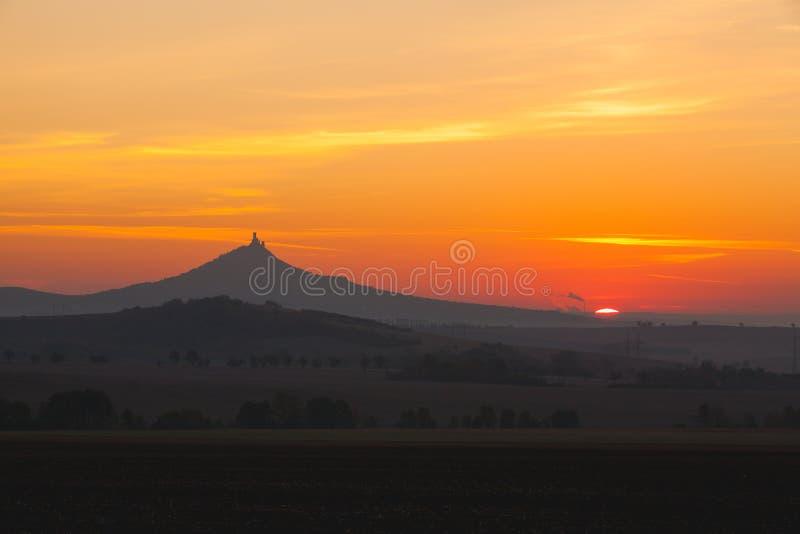 La siluetta del castello di Hazmburk ad alba Repubblica ceca fotografia stock libera da diritti