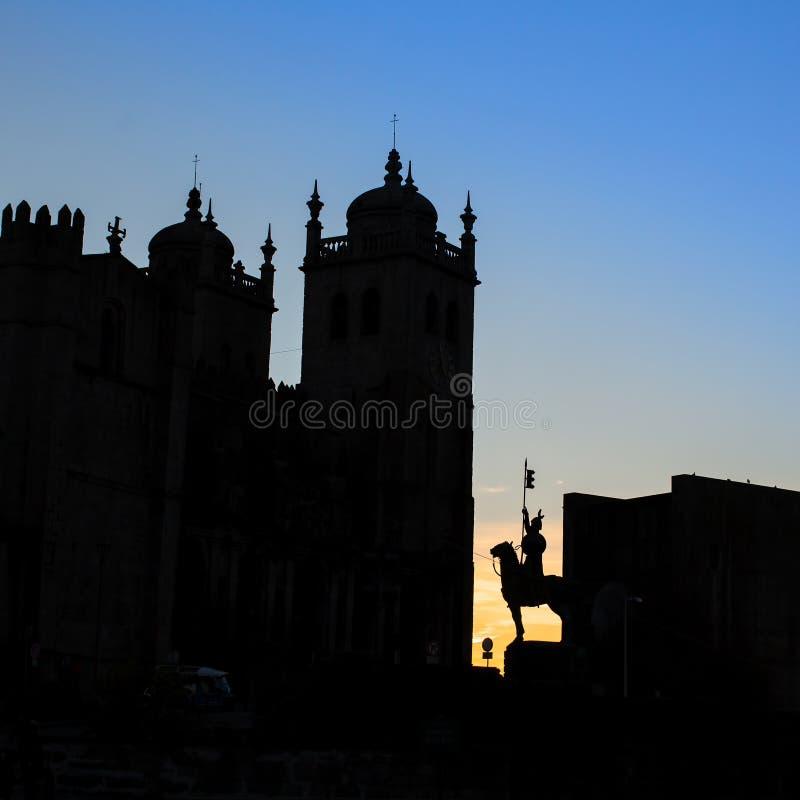 La siluetta del Se della cattedrale fa Oporto al crepuscolo, il Portogallo Architettura fotografie stock libere da diritti