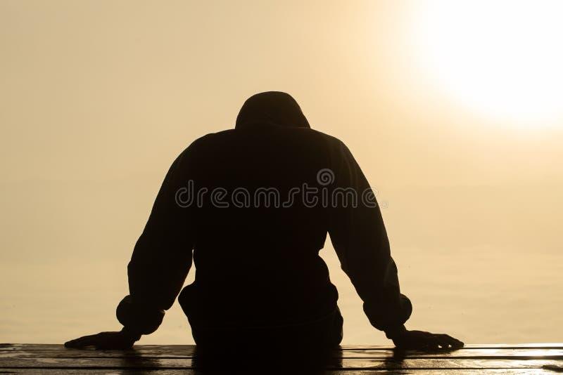 La siluetta dell'uomo sollecitato e depresso di lavoro sotto pressione e di speranza, espressione triste, emozione triste, disper immagini stock