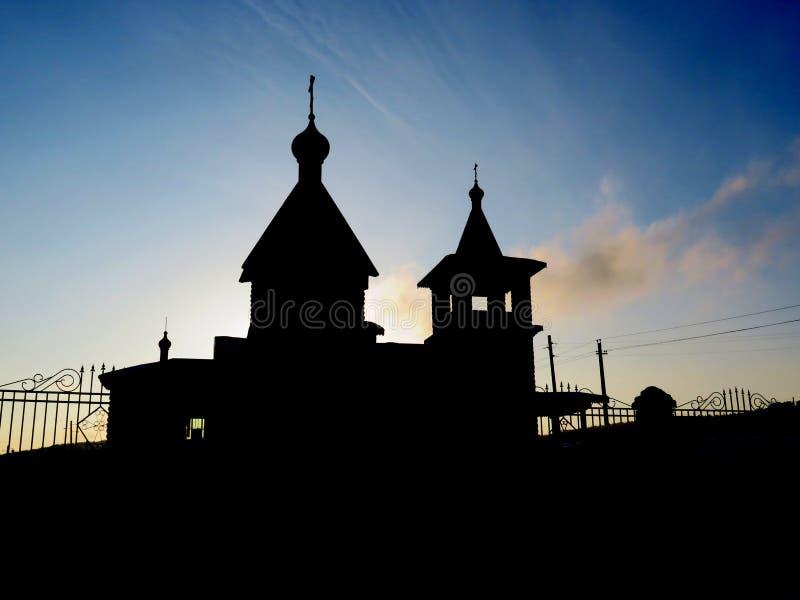 La siluetta della chiesa contro un bello cielo blu fotografia stock libera da diritti