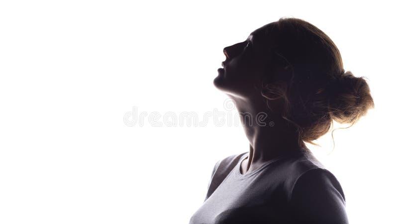 La siluetta della figura di bella ragazza, profilo della donna su bianco ha isolato il fondo, il concetto di bellezza ed il modo fotografia stock libera da diritti