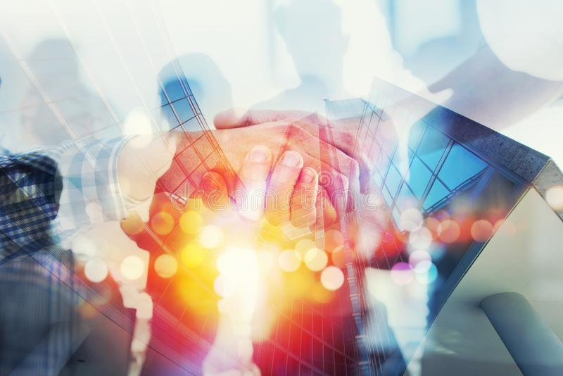 La siluetta della gente di affari funziona insieme in ufficio Concetto di lavoro di squadra e dell'associazione doppia esposizion fotografia stock