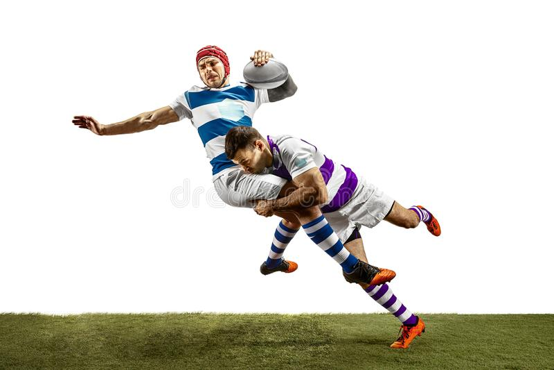 La siluetta di due giocatori maschii di rugby caucasico isolati su fondo bianco immagini stock