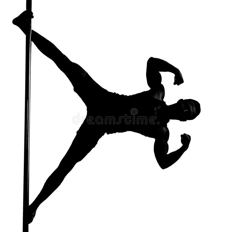 La siluetta di giovane uomo atletico che fa la forza si esercita su una p fotografia stock libera da diritti