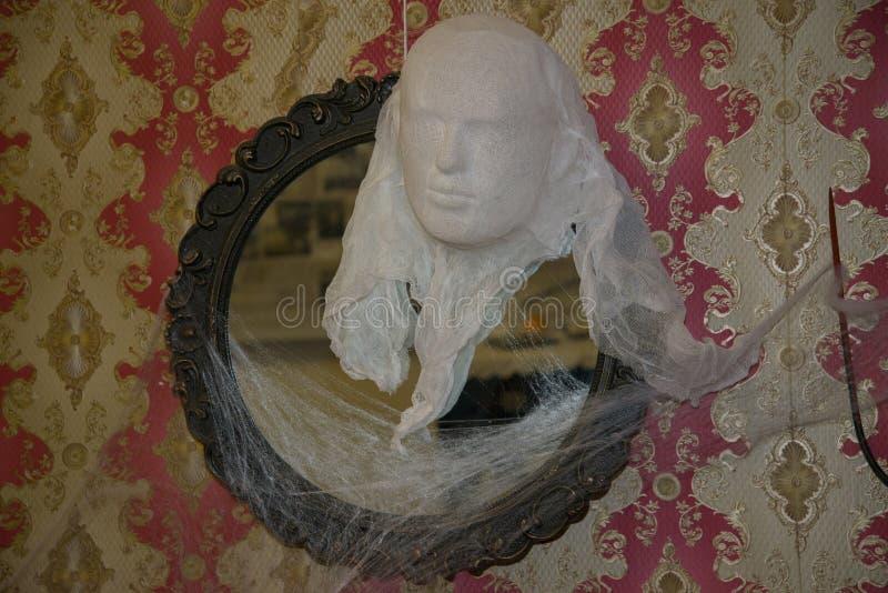 La siluetta di un fantasma decora l'interno fotografia stock