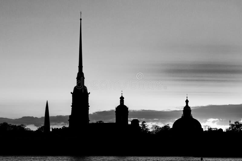 La siluetta nera di Peter e di Paul Fortress a St Petersburg, Russia nei raggi del tramonto fotografia stock