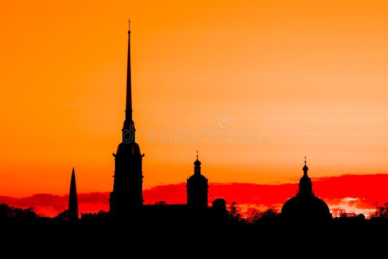 La siluetta nera di Peter e di Paul Fortress a St Petersburg, Russia nei raggi del tramonto fotografie stock