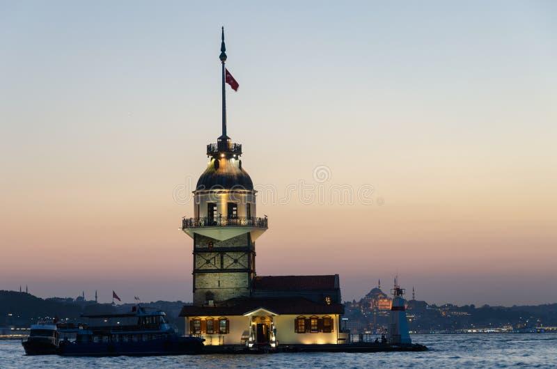 La siluetta storica di Costantinopoli della città e il ` nubile s si elevano nella s immagine stock