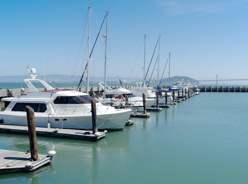 Download La Singola Fila Delle Barche Si è Messa In Bacino A San Francisco Un Giorno Soleggiato Fotografia Stock - Immagine di oceano, canottaggio: 30827700