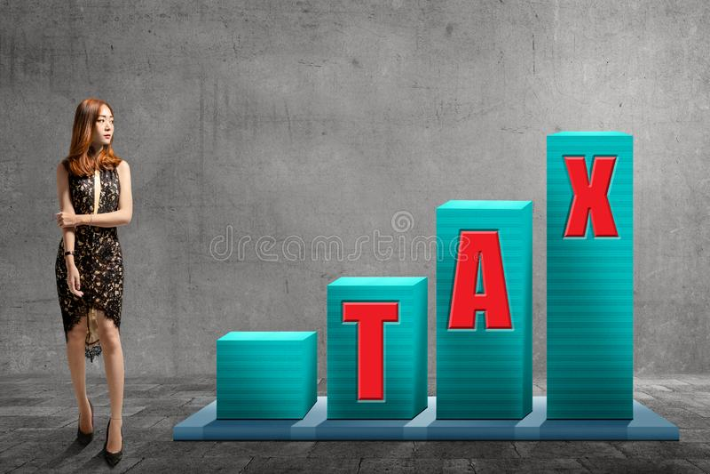 La situación asiática joven de la mujer con impuestos manda un SMS en gráfico de los aumentos foto de archivo libre de regalías