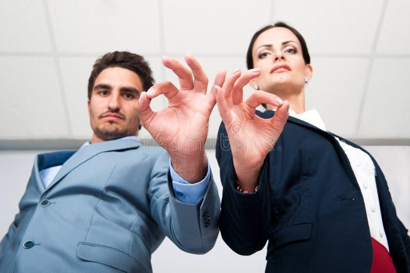 La situación de negocio, un hombre y una mujer muestran gesto de mano acertado foto de archivo libre de regalías
