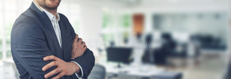 La situación del hombre de negocios en fondo de la oficina con los brazos cruzó foto de archivo