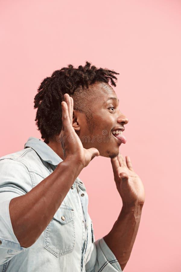 La situación y la arruga afroamericanas del hombre del negocio loco hacen frente al fondo rosado Opinión del perfil fotos de archivo libres de regalías