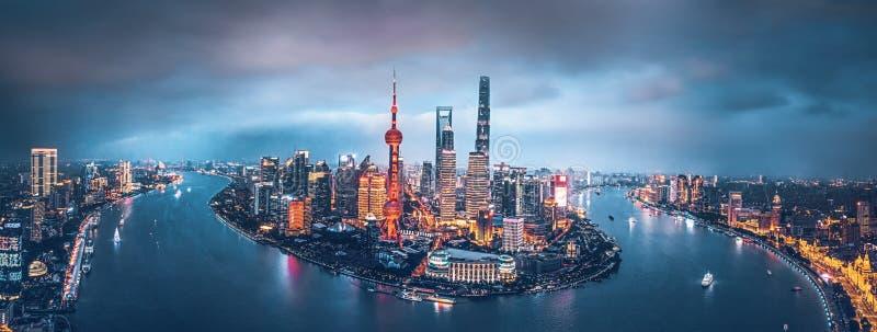 La skyline di Shanghai di notte immagine stock libera da diritti