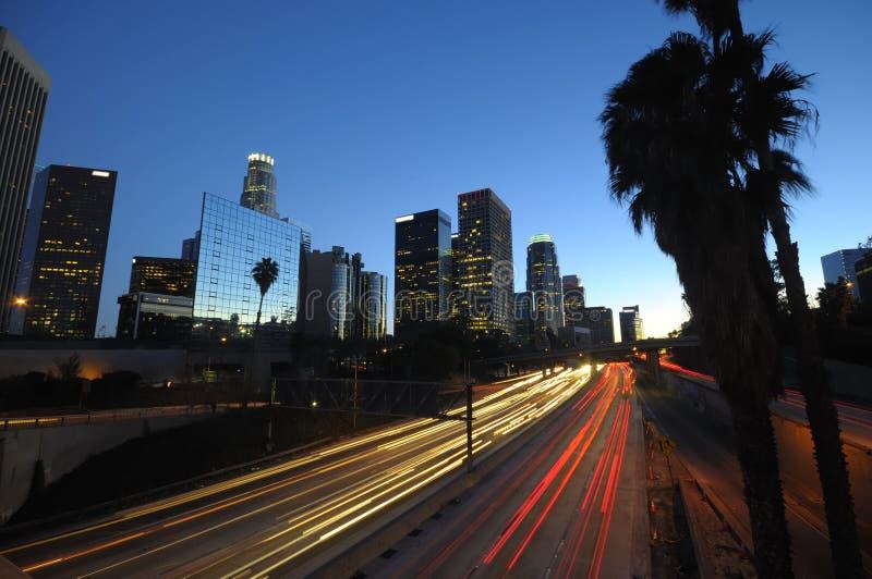 LA-Skyline und -verkehr nachts stockbilder