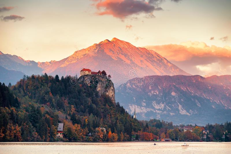 La Slovénie pittoresque, le lac saigné et la ville au coucher du soleil photo stock