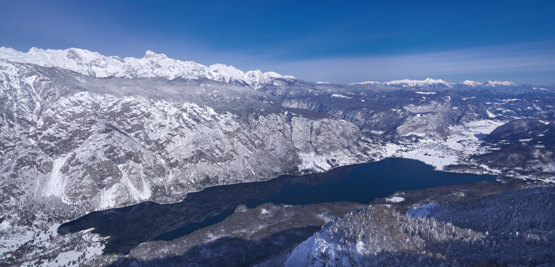 La Slovenia, panorama sopra il lago Bohinj - immagine di inverno fotografie stock libere da diritti