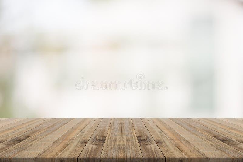 La sobremesa de madera en blanco empañó el fondo del edificio imagenes de archivo