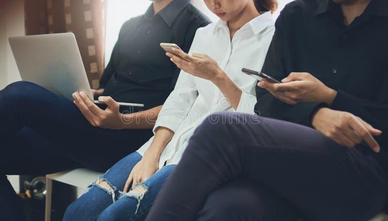 La società della tecnologia, giovani sta utilizzando gli apparecchi elettronici per parlare La tecnologia in futuro è il più impo immagini stock libere da diritti
