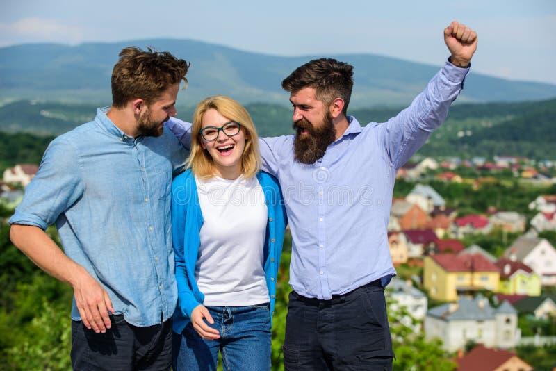 La società ha raggiunto la cima Uomini con la barba in camice ed in bionda convenzionali in occhiali come riuscito gruppo Concett fotografia stock libera da diritti