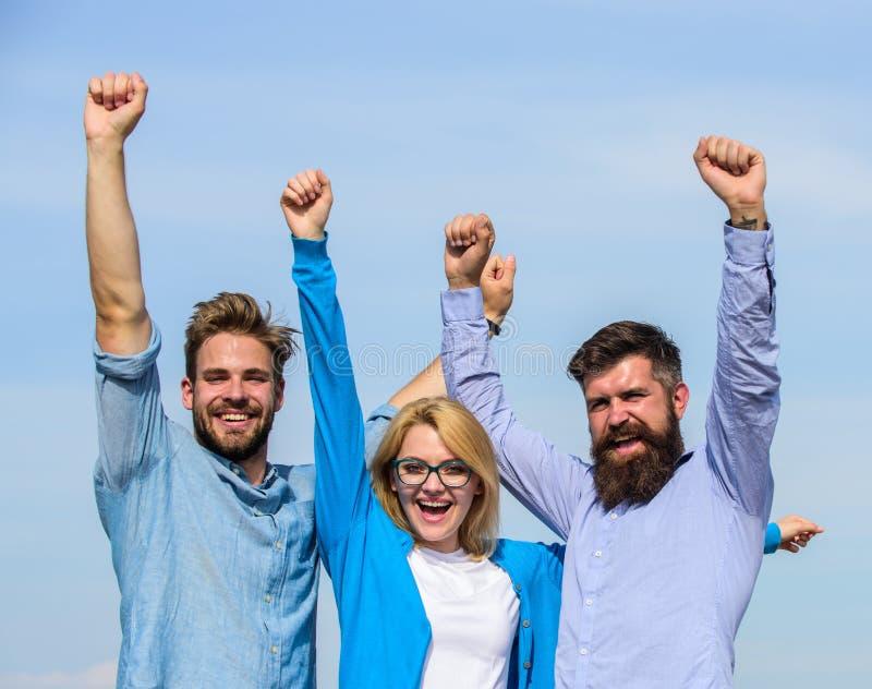 La società ha raggiunto la cima Uomini con la barba in camice ed in bionda convenzionali in occhiali come riuscito gruppo Sfera d immagine stock libera da diritti