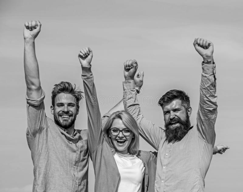 La società ha raggiunto la cima Uomini con la barba in camice ed in bionda convenzionali in occhiali come riuscito gruppo Sfera d immagini stock libere da diritti