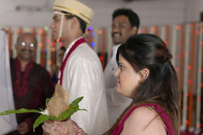 La soeur du marié indou indien regardant le marié le rituel d'échanger la guirlande dans le mariage de maharashtra. photographie stock libre de droits