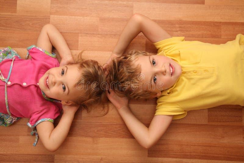 La soeur et le frère se trouvent sur l'étage photo libre de droits