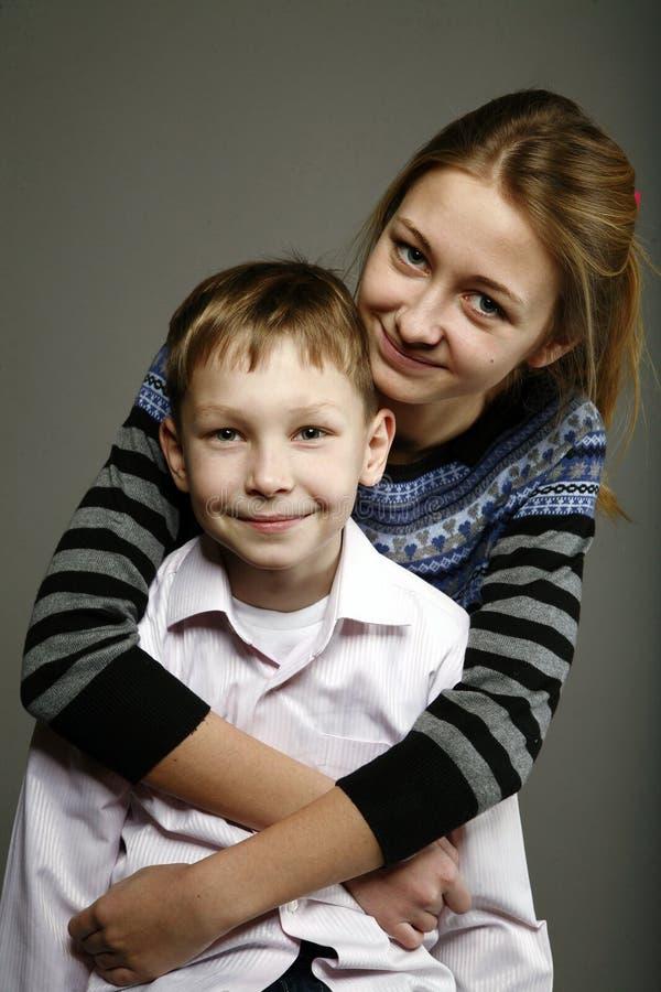 La soeur et le frère sont heureux ensemble photos stock