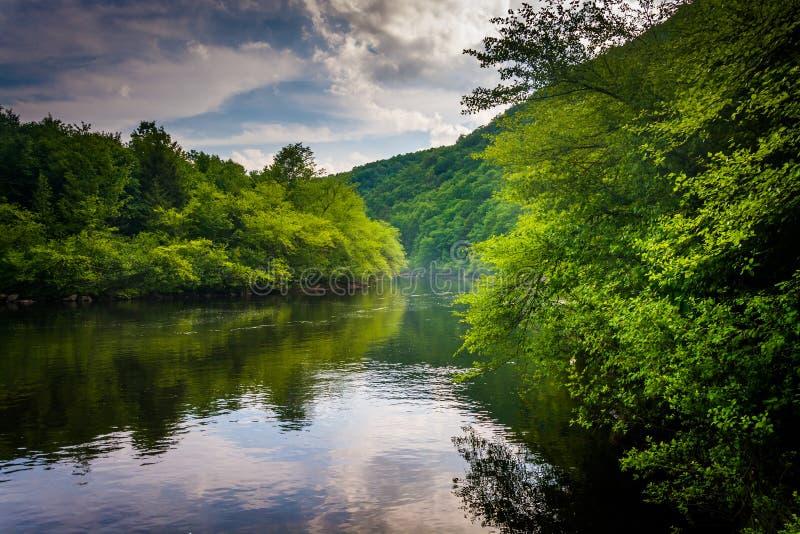 La soirée opacifie des réflexions en rivière de Lehigh, à la gorge de Lehigh images stock