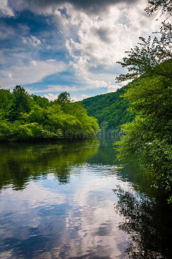 La soirée opacifie des réflexions en rivière de Lehigh, à la gorge de Lehigh images libres de droits