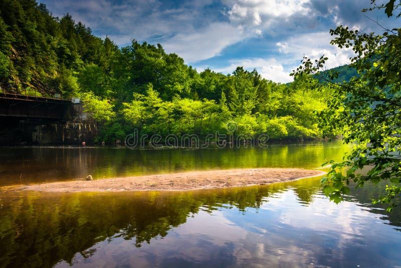 La soirée opacifie des réflexions en rivière de Lehigh, à la gorge de Lehigh photos stock