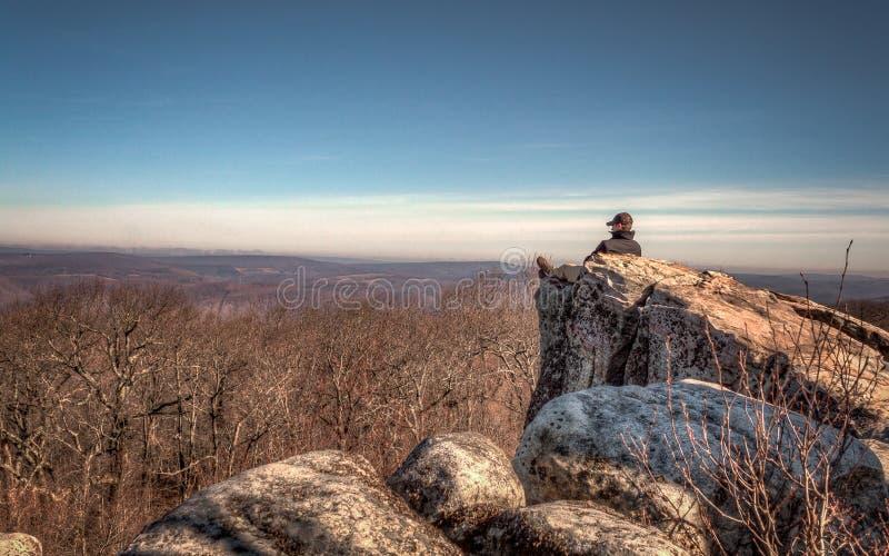 La solitude de montagne, de hautes roches donnent sur photo libre de droits