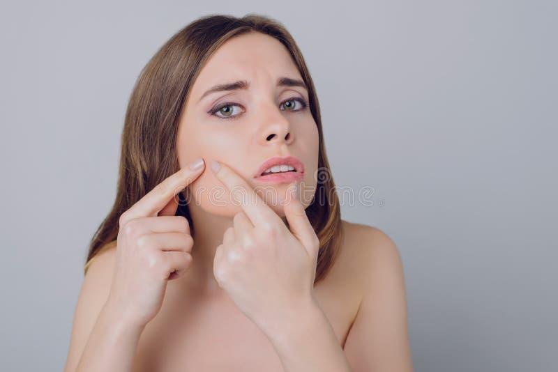 La soluzione della pustola di competenza di allergia corruga il hydrati di ringiovanimento fotografie stock
