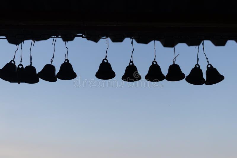 La sombra de campanas está colgando debajo del tejado fotos de archivo libres de regalías