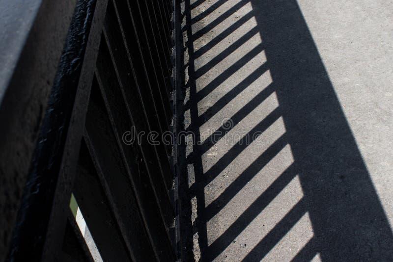 La sombra de la verja del puente foto de archivo