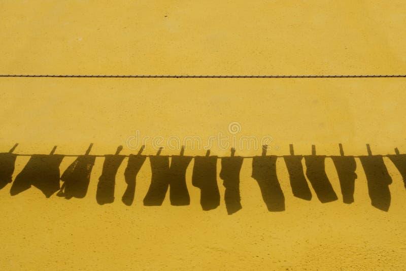 La sombra de los calcetines que cuelgan para secarse imagen de archivo