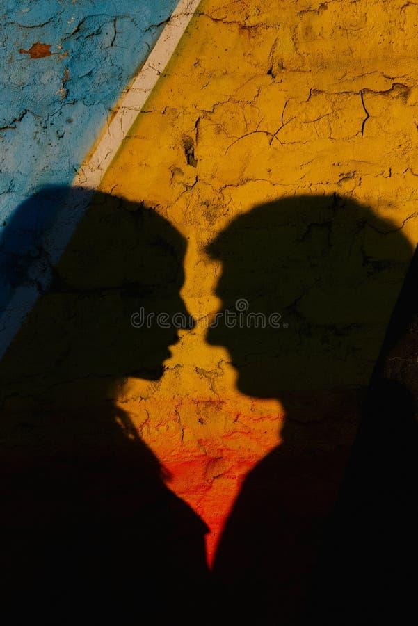 La sombra de un hombre y de una mujer en la foto fotografía de archivo libre de regalías