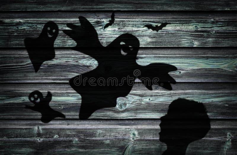 La sombra negra del niño y de fantasmas asustados fotos de archivo