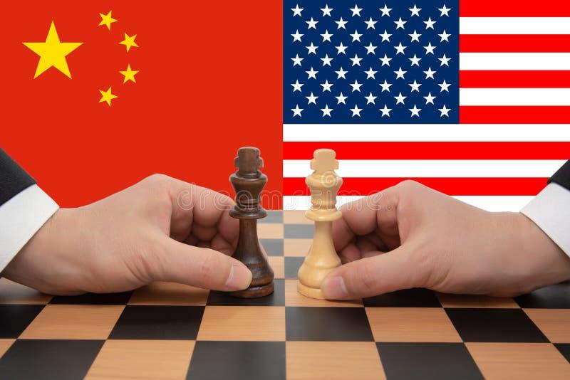 La sommità Cina-USA ha espresso in un gioco di scacchi fotografia stock