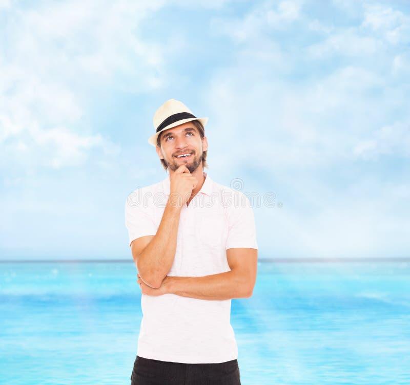 La sonrisa del hombre piensa mira para arriba para vaciar el espacio de la copia imagenes de archivo